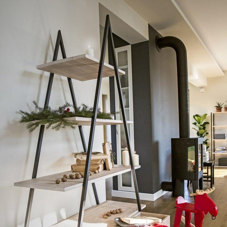 Regał na książki bakke - półki dąb bielony - ramiona czarny matowy lakier strukturalny (RAL 9004) - aranżacja świąteczna