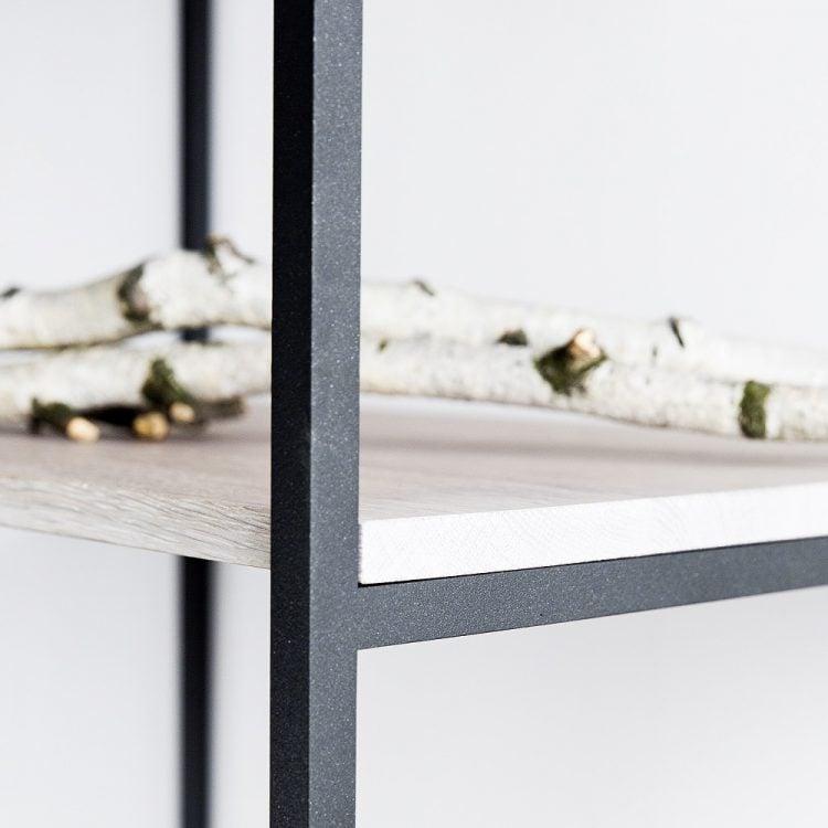 Regał slott - półki dąb bielony - stalowa konstrukcja czarny matowy lakier strukturalny - detal łączenia półki z konstrukcją widziany z bocznej perspektywy
