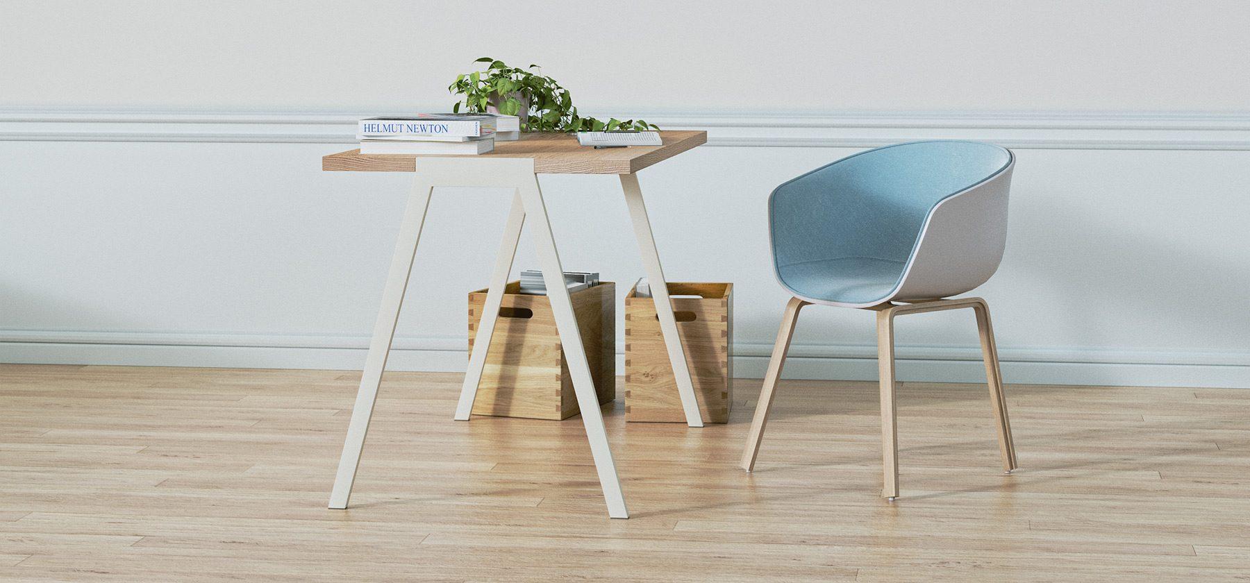 biurko fjord w aranżacji z niebieskim fotelem
