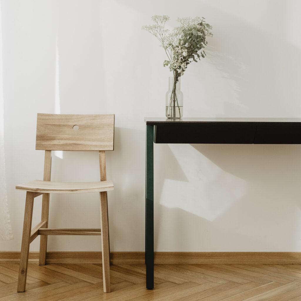 dębowe biurko z dwiema szufladami