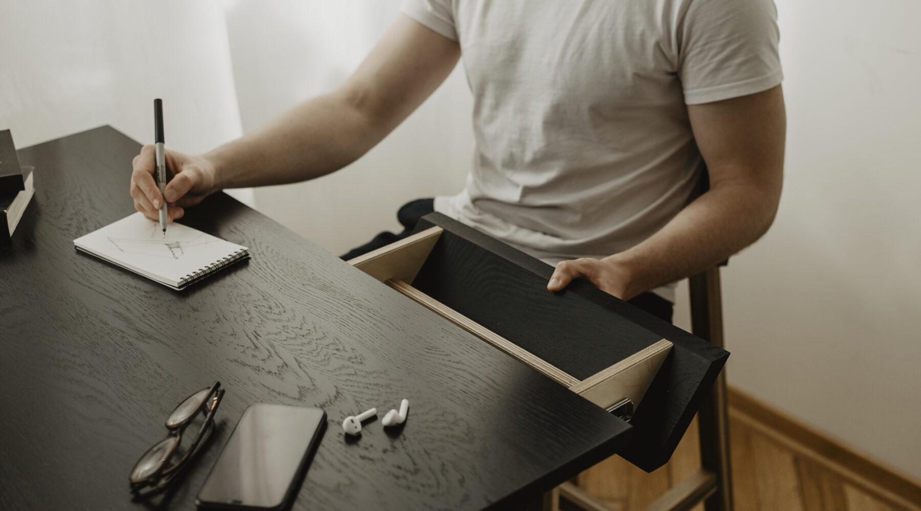 dębowy blat w kolorze czarnym z dwiema szufladami