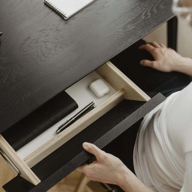czarne dębowe biurko z szufladami