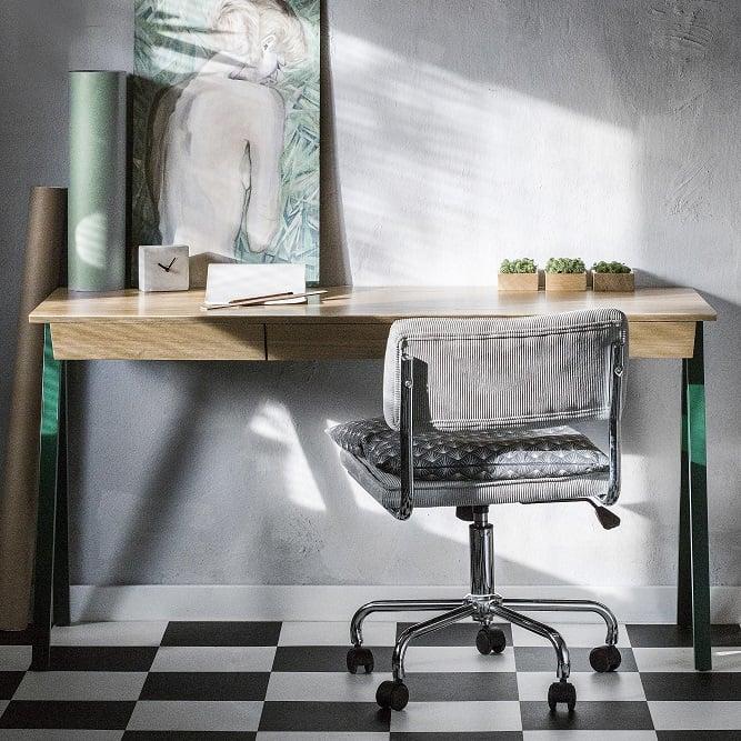 biurko drewniane vogel M w kolorze zielonym - aranżacja z zegarkiem i higrometrami