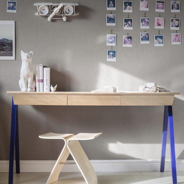 biurko drewniane vogel M w kolorze granatowym - aranżacja z krzesełkiem