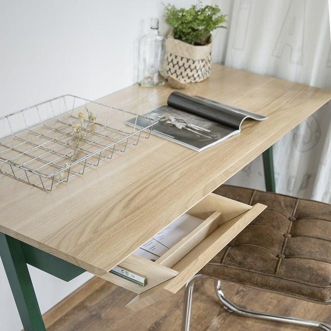 biurko drewniane vogel M w kolorze zielonym z otwartą szufladą