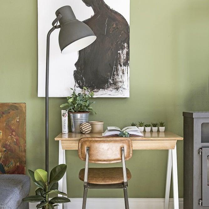 blat białego biurka vogel S w stylu skandynawskim - aranżacja z czarną lampą