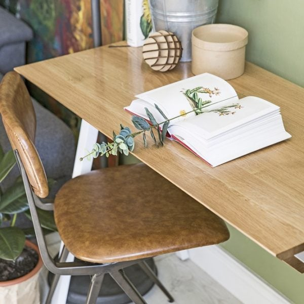 blat białego biurka vogel S w stylu skandynawskim - aranżacja z książką