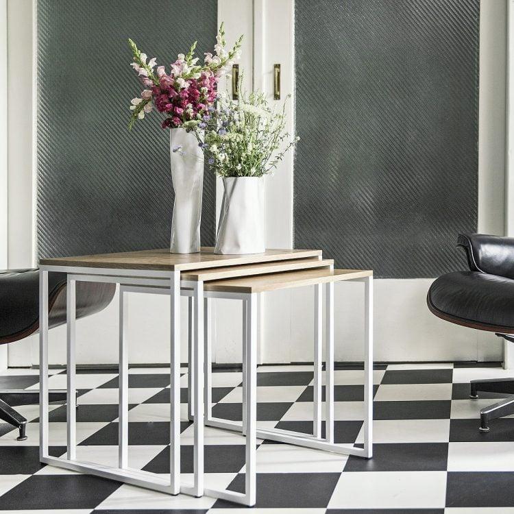 stoliki kawowe spill trio - złożone - dąb naturalny - śnieżna biel matowy lakier strukturalny (RAL 9003) - aranżacja w salonie