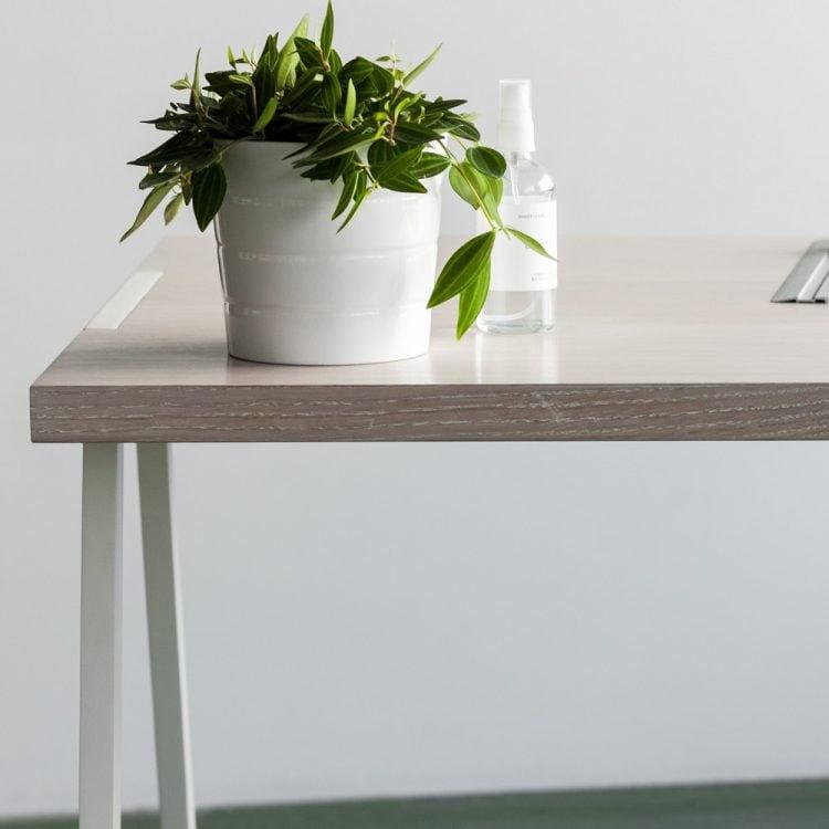 biurko fjord z bielonym blatem i białymi stalowymi nogami