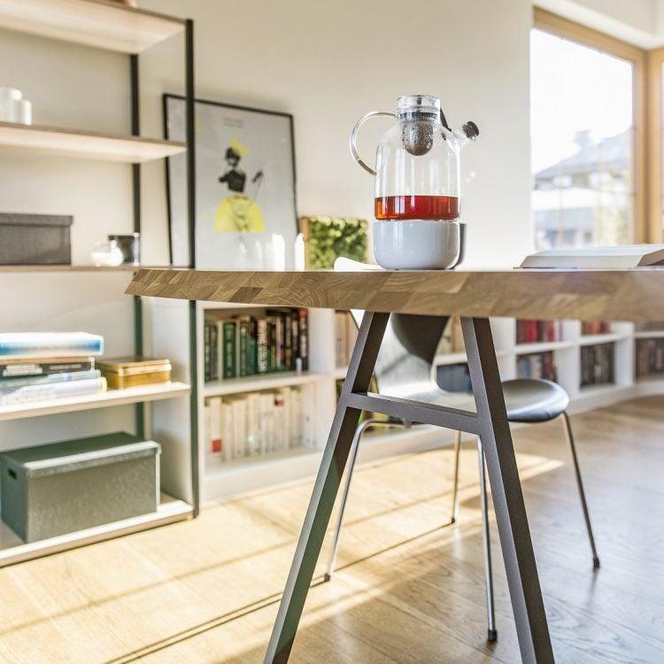 stół north z kolekcji Oslo - blat lity dąb naturalny - nogi stalowy metaliczny lakier strukturalny - ujęcie charakterystycznego zakończenia blatu