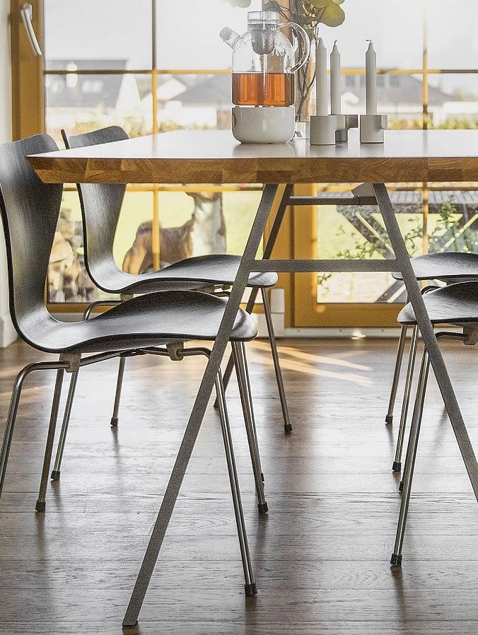 stół north z kolekcji Oslo - blat lity dąb naturalny - nogi stalowy metaliczny lakier strukturalny - krótszy bok stołu