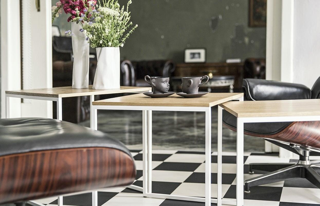 rozłożone stoliki kawowe spill trio - dąb naturalny - śnieżna biel matowy lakier strukturalny (RAL 9003) - aranżacja w salonie