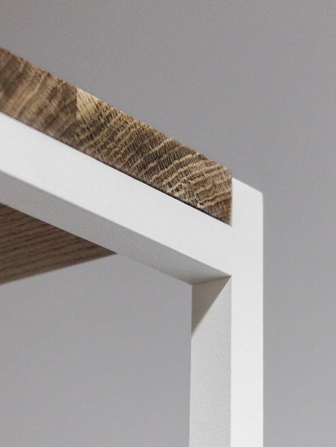 łączenie drewnianej półki z metalową konstrukcją regału slott