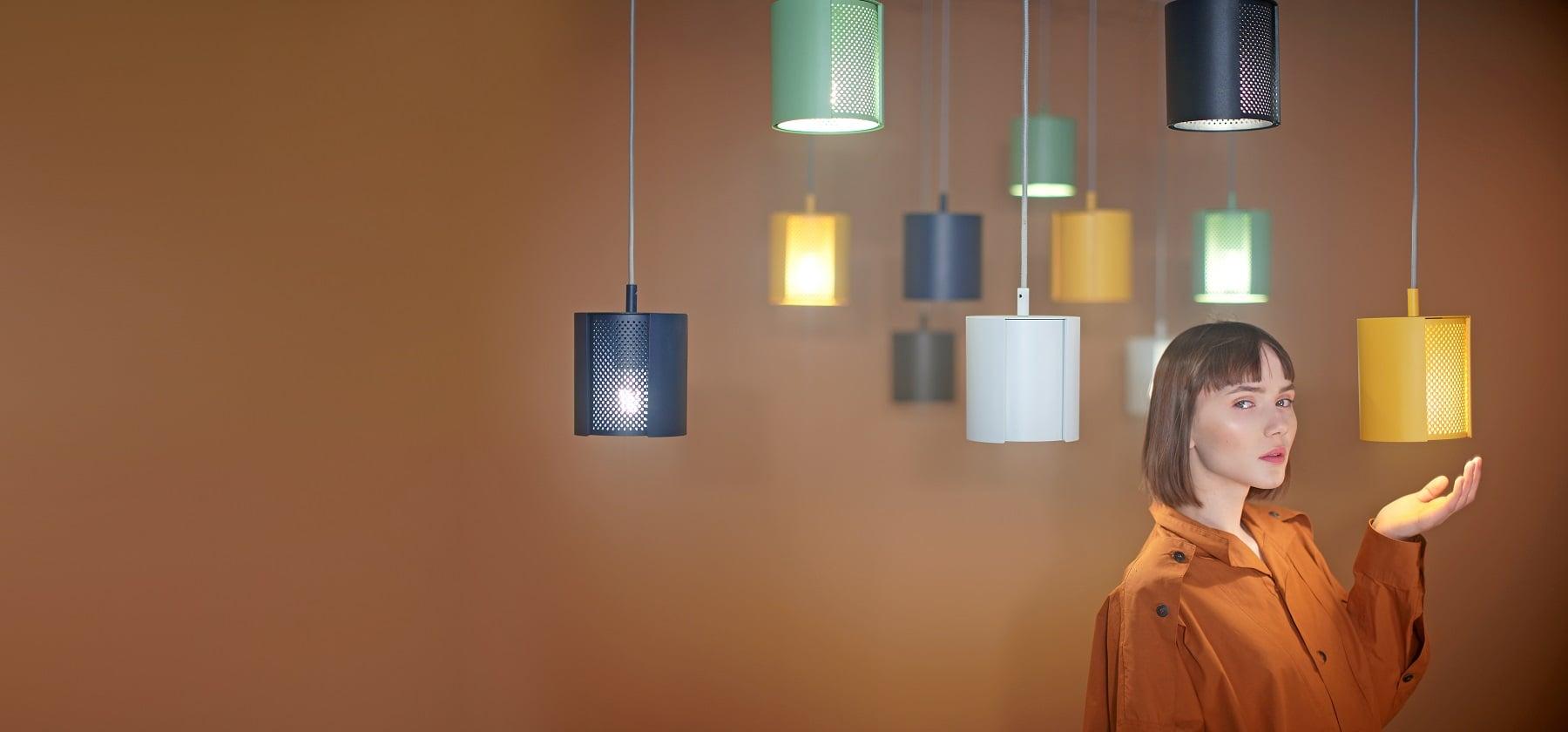 Lampy punktowe ogen w różnych kolorach z modelką