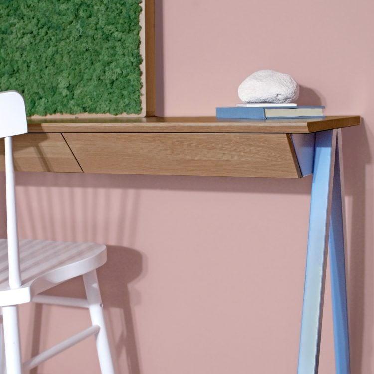 Błękitne biurko drewniane vogel S oraz rama gate z chrobotkiem