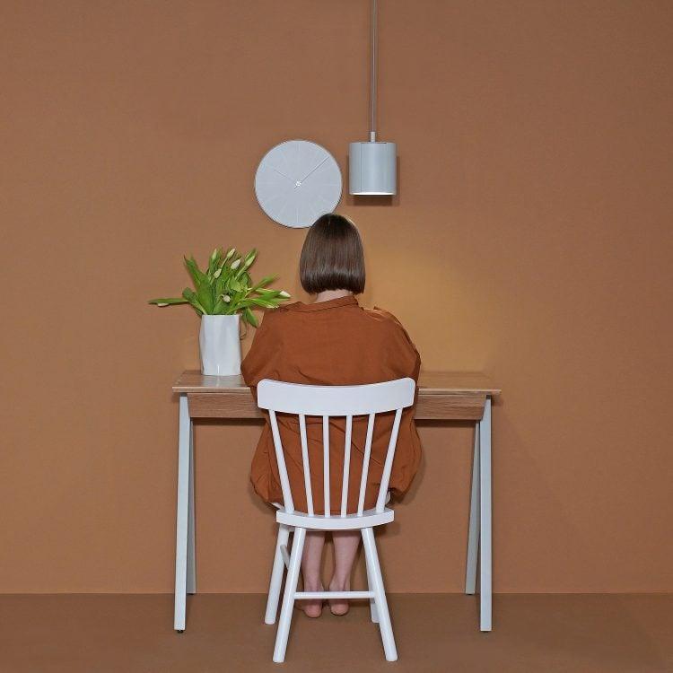 Lampa punktowa ogen z kolekcji Amsterdam. i drewniane biurko vogel S w kolorze szarym