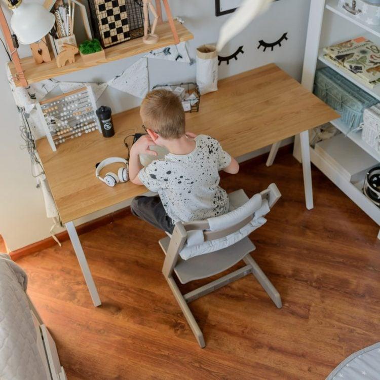 Białe biurko drewniane vogel M z szufladami