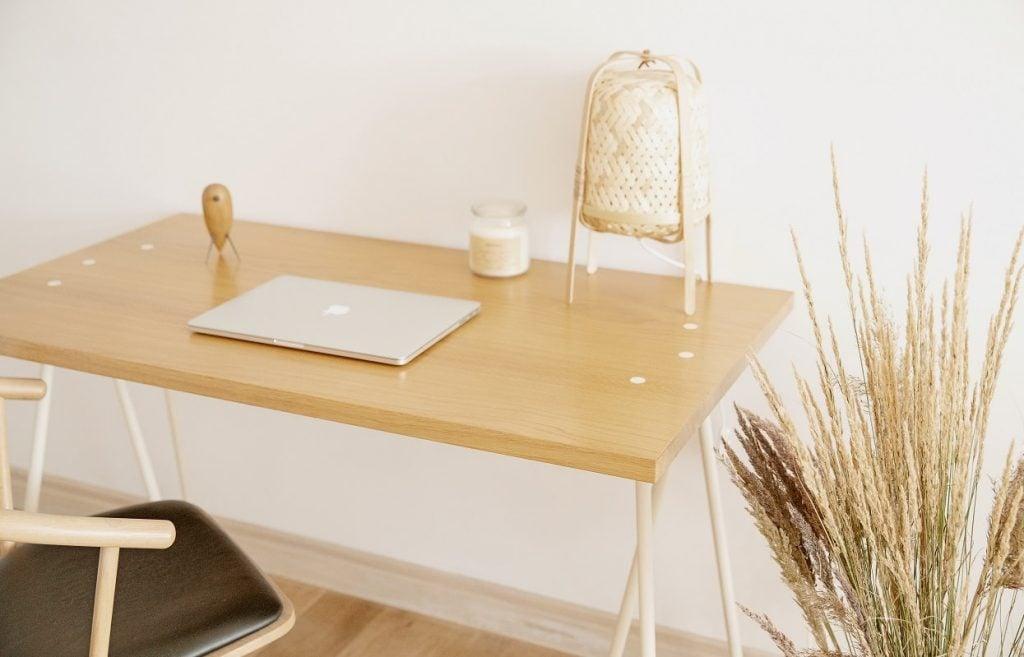 Białe biurko w stylu skandynawskim skog