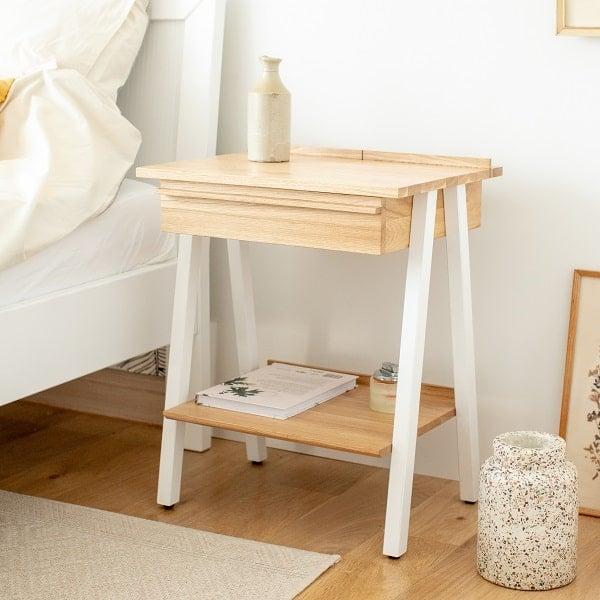 Biała szafka drewniana nocna troost do sypialni marki borcas