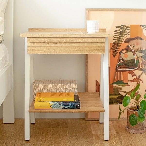 Drewniana szafka nocna do sypialni w kolorze białym