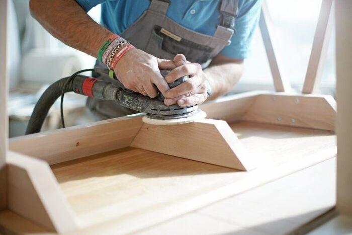 Manufaktura borcas praca stolarza z litym drewnem