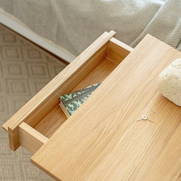 Szafka nocna do sypialni z praktyczna szuflada