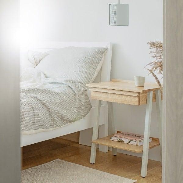 Szafka nocna z litego drewna do sypialni marki borcas troost
