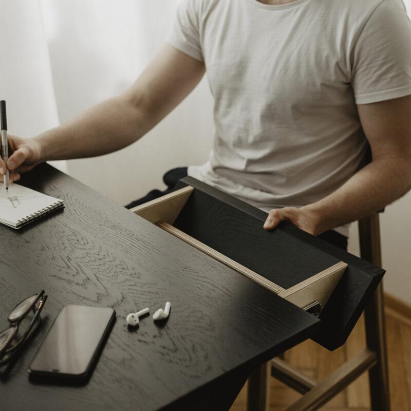 czarne drewniane biurko z dębowym czarnym blatem