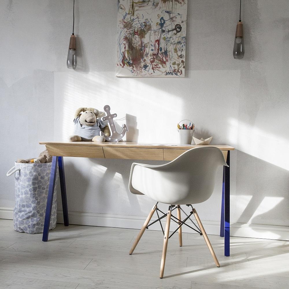 Naturalny drewniany blat, drewniane granatowe nogi, idealne biurko na powrót do szkoły