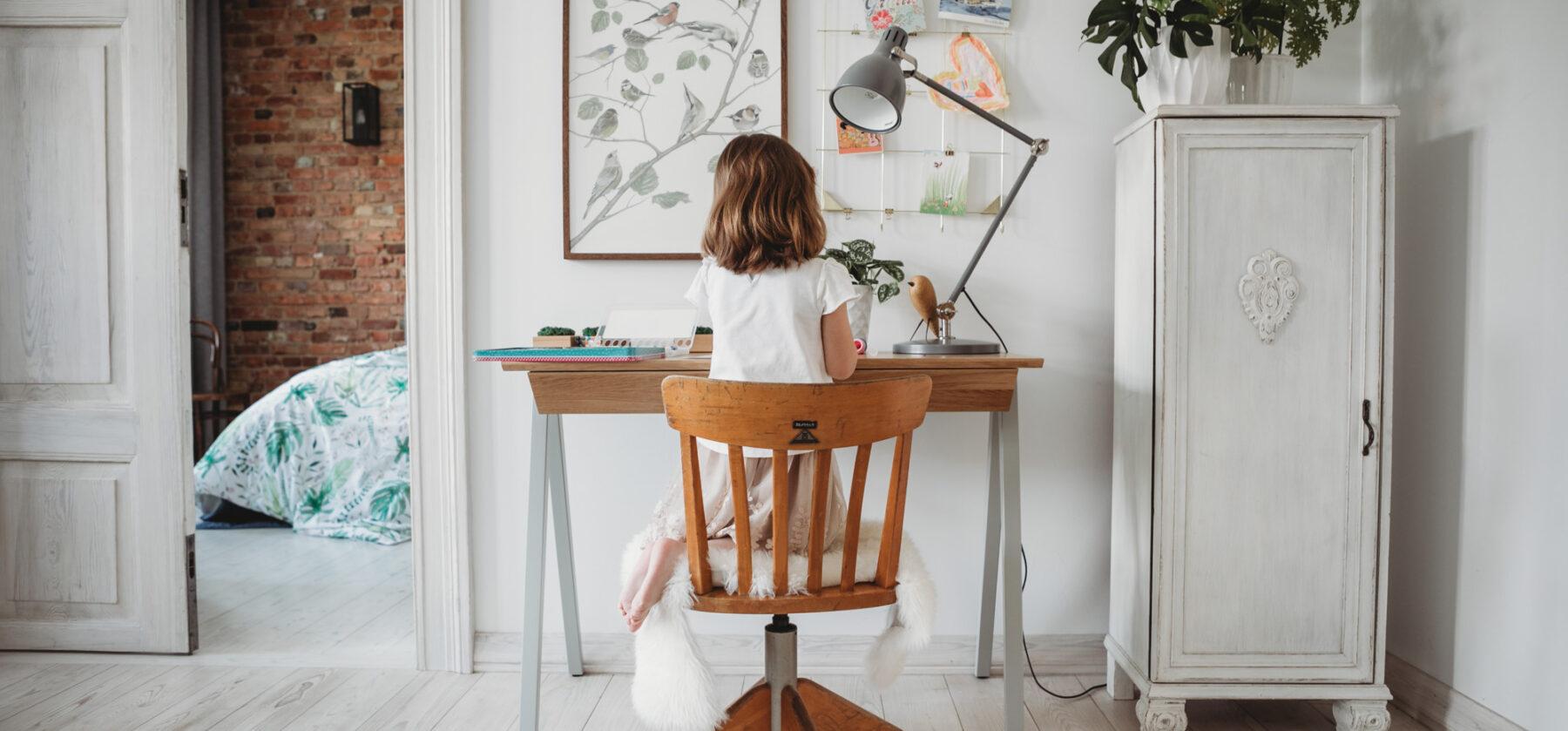 Drewniane biurko w kolorze szarym