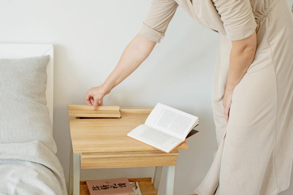 drewniana szafka nocna, Nadmiar bodźców a samopoczucie - co zrobić, aby odpocząć?