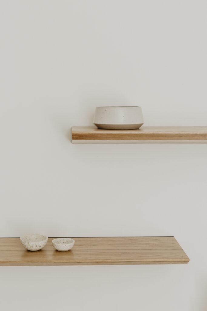 minimalistyczna półka ścienna
