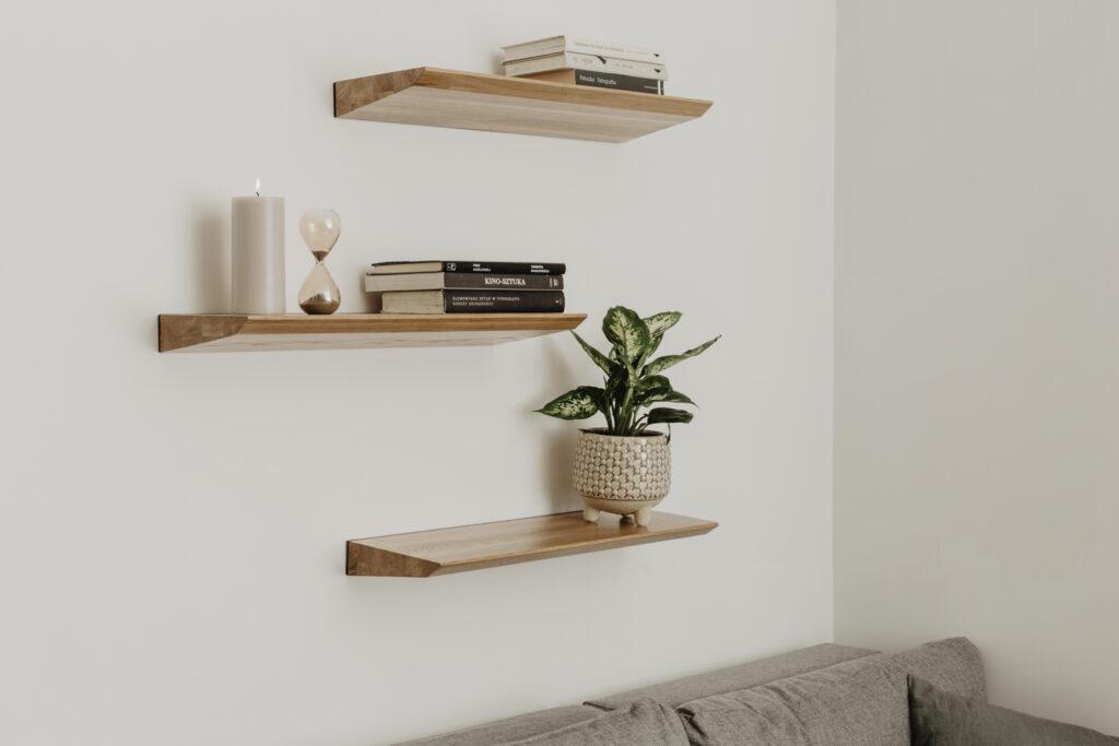 drewniana półka idealna do salonu
